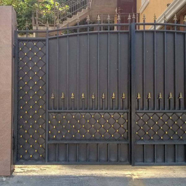 Dvojkrídlová brána s bránkou na kľúč iBrány