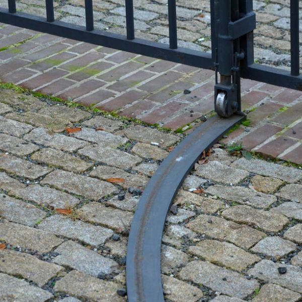 Koľajová posuvná brána do oblúka na kľúč iBrány